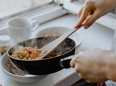 Ar saugu gaminti maistą nešiojant kontaktinius lęšius?