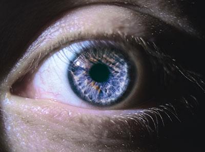 Raudonos akys?